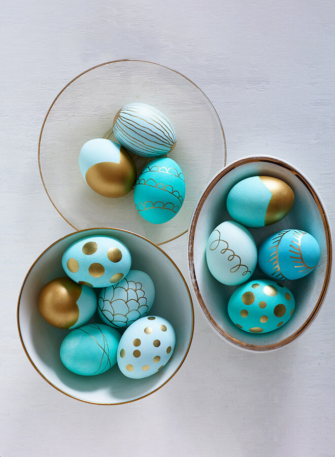 Blue and metallic Easter eggs. Gold paint pens make this DIY super easy!