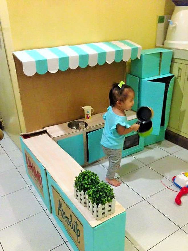 Play kitchen out of cardboard
