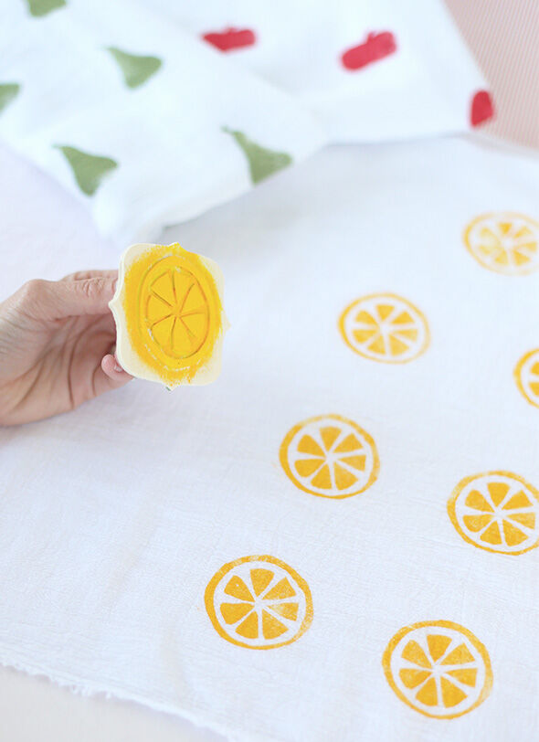 Baby Shower Games: Paint DIY baby muslin